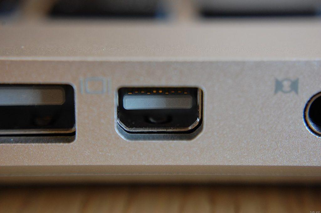 1083px Mini Displayport On Apple Macbook